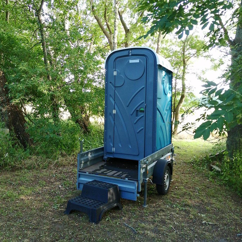 Mobilttoilet - enkelt kabine med håndvask - på trailer