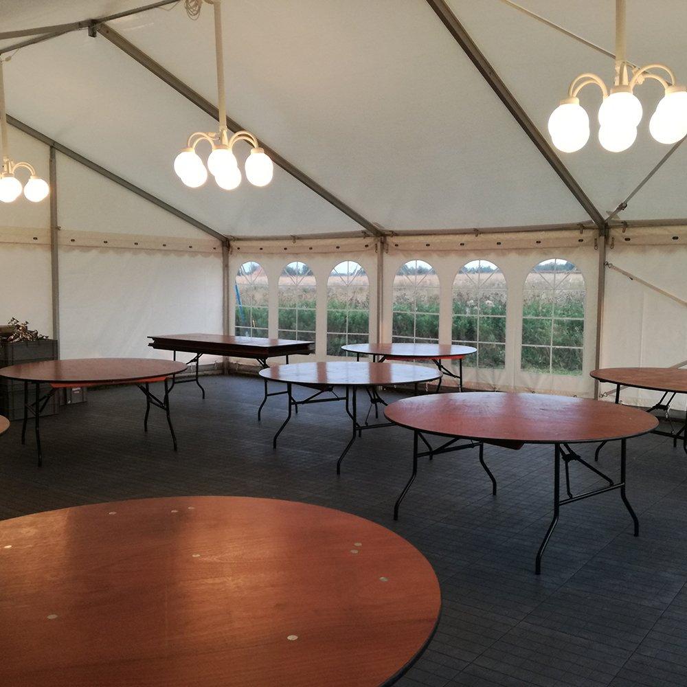 9 meter telt med rundeborde og kupellamper