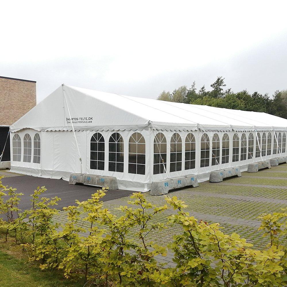 9 meter telt sikret med betonklodser på parkeringsplads