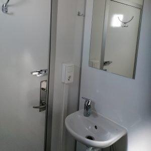 Dobbeltvogn med kværn inde med håndvask og spejl