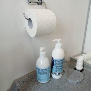Dobbeltvogn bliver leveret med 1 rulle toiletpapir, 1 stk. hpndsprit, 1 stk. håndsæbe
